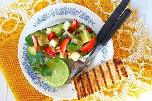 Смачний і швидкий святкову вечерю на 23 лютого, салат з авокадо, полуниці і м`яти