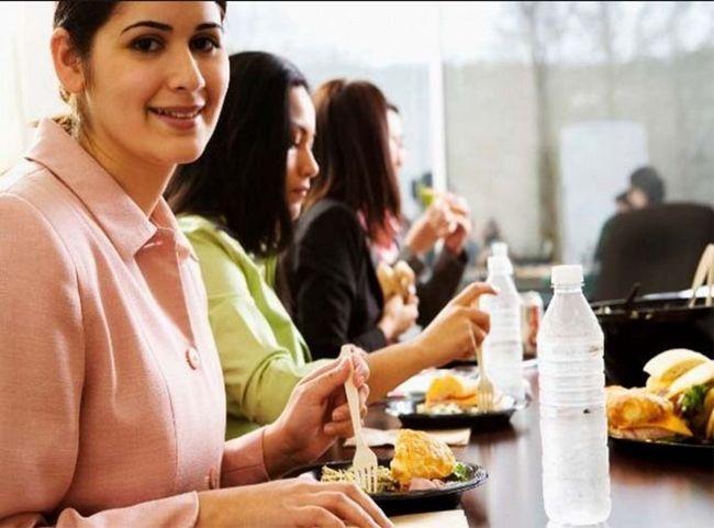 Чи етично обідати за робочим столом у присутності колег