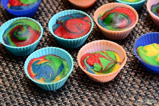Зображення з назвою Make Tie Dye Cupcakes Step 7