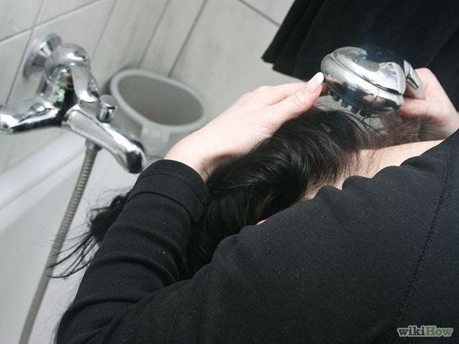 Як змити хлорку з волосся