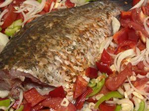Запечена цілком риба - прекрасне блюдо для святкового столу.