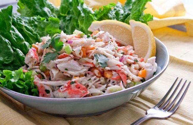 салат з морською капустою і крабовими паличками