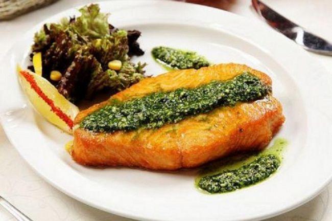 Риба-меч під сирним соусом песто