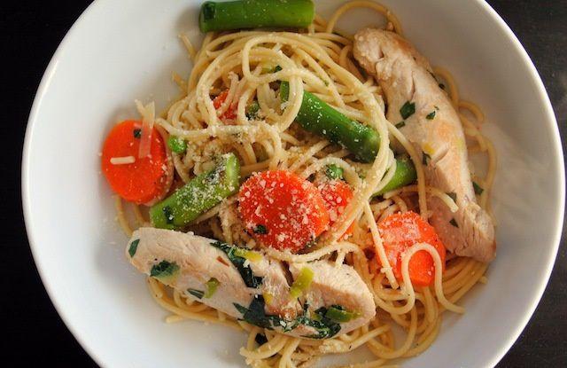 Спагеті з куркою і овочами