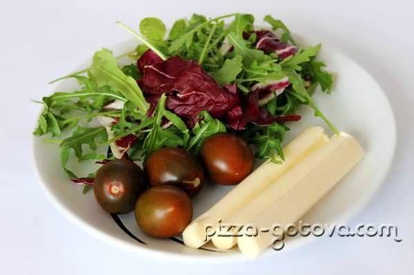 рукола, помідори черрі