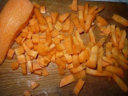 Нарізати моркву невеликими кубиками