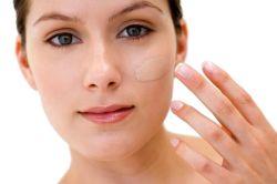 Як потрібно правильно фарбувати обличчя тональним кремом?