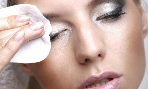 Як правильно і ефективно знімати макіяж з очей?