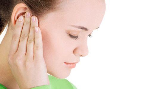 Чому вухо заклало і чому в ньому шумить?